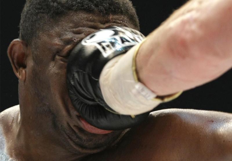 Samuel Peter из Нигерии получает удар от Виталия Кличко из Украины во время боксерского боя тяжеловесов WBC чемпионата мира в Берлине, Германия 11 октября 2008