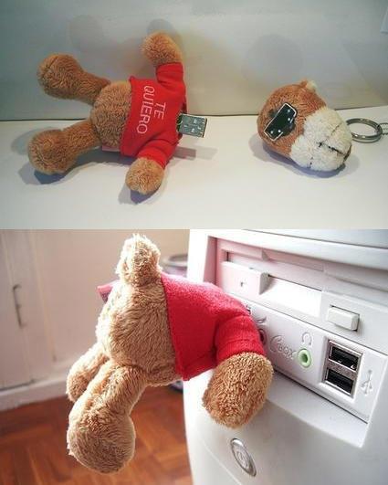Оторвите медвежонку голову и вставьте его в USB-разъем, чтобы унести домой скаченный фильм
