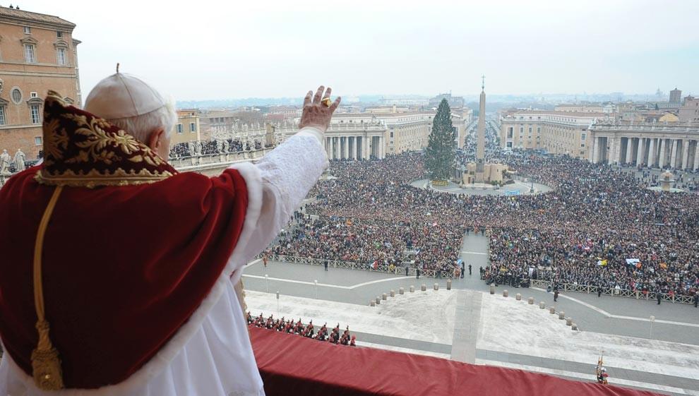Папа римский Benedict XVI благословляет толпу с центрального балкона St. Peter's Basilica