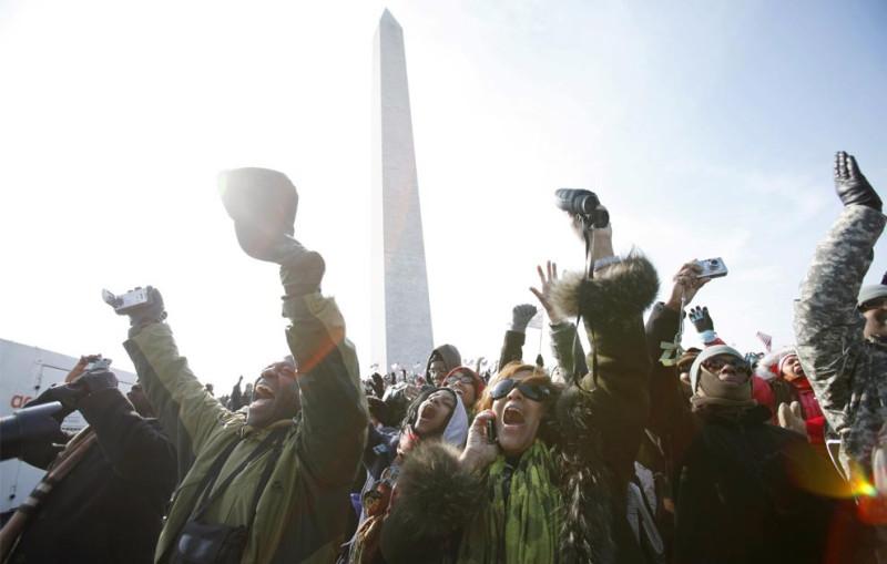 Люди приветствуют американского Президента Барака Обама