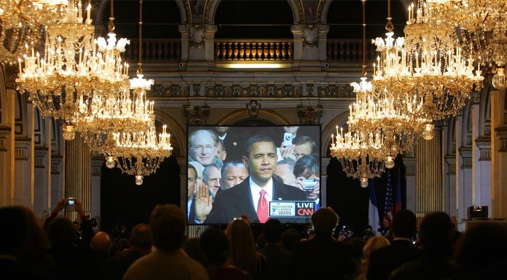 Люди смотрят на большом телевизионном экране