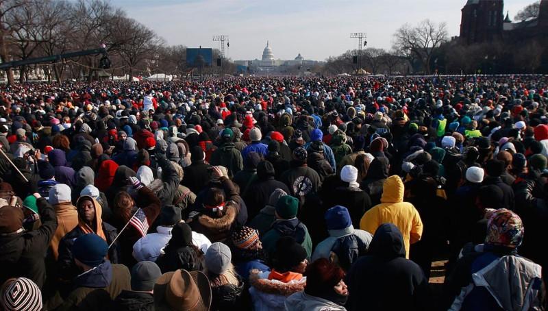Люди следят за инаугурацией 44-го президента Соединенных Штатов