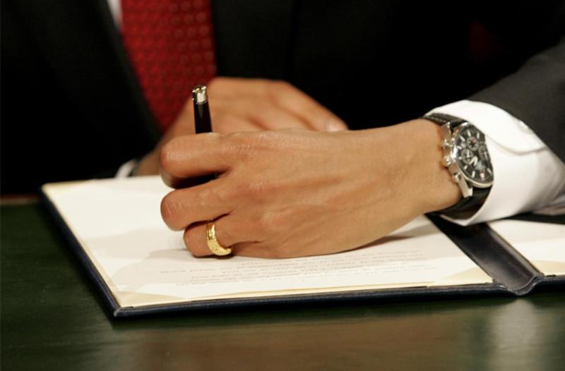 Президент Барак Обама подписывает свой первый акт как президент