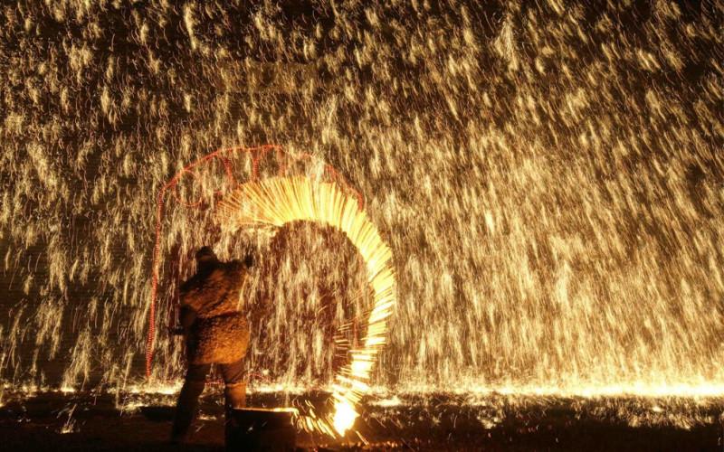 Народный каскадер распыляет литое железо перед собой