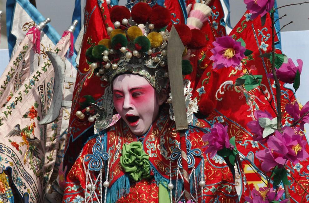 Женщина выполняет Танец Yangge