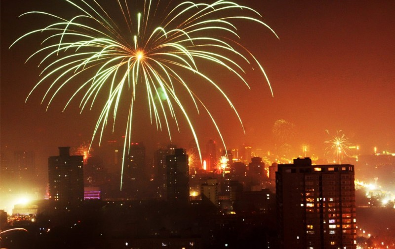 Фейерверк освещает городское небо