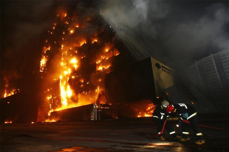 Пожарные готовятся бороться с огнем в здании