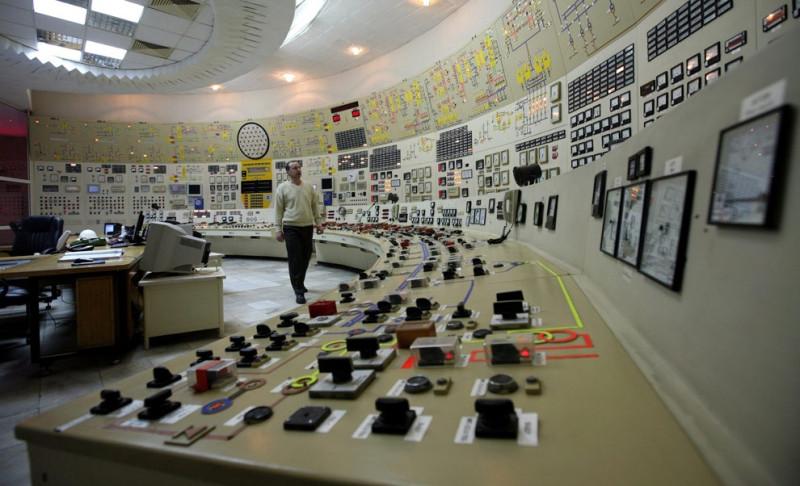 Оператор в закрытой диспетчерской третьего подразделения атомной электростанции Козлодуй северо-восточнее от болгарской столицы София