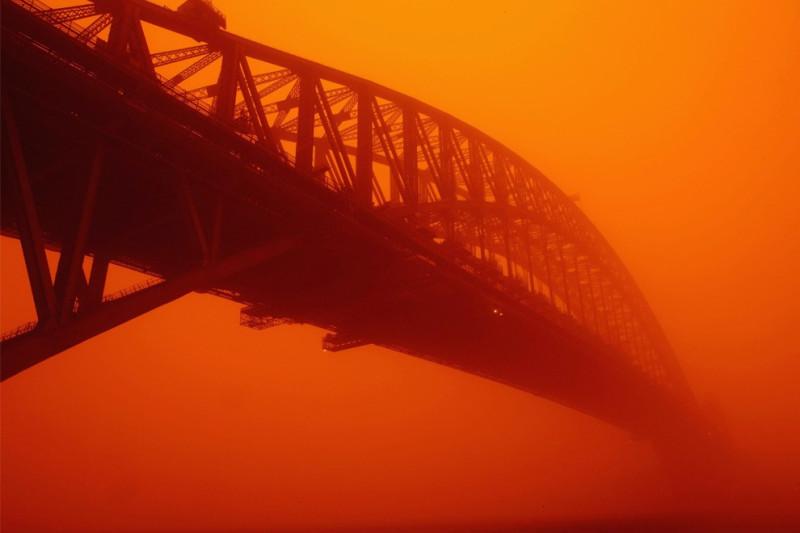 красная пылевая буря в Австралии
