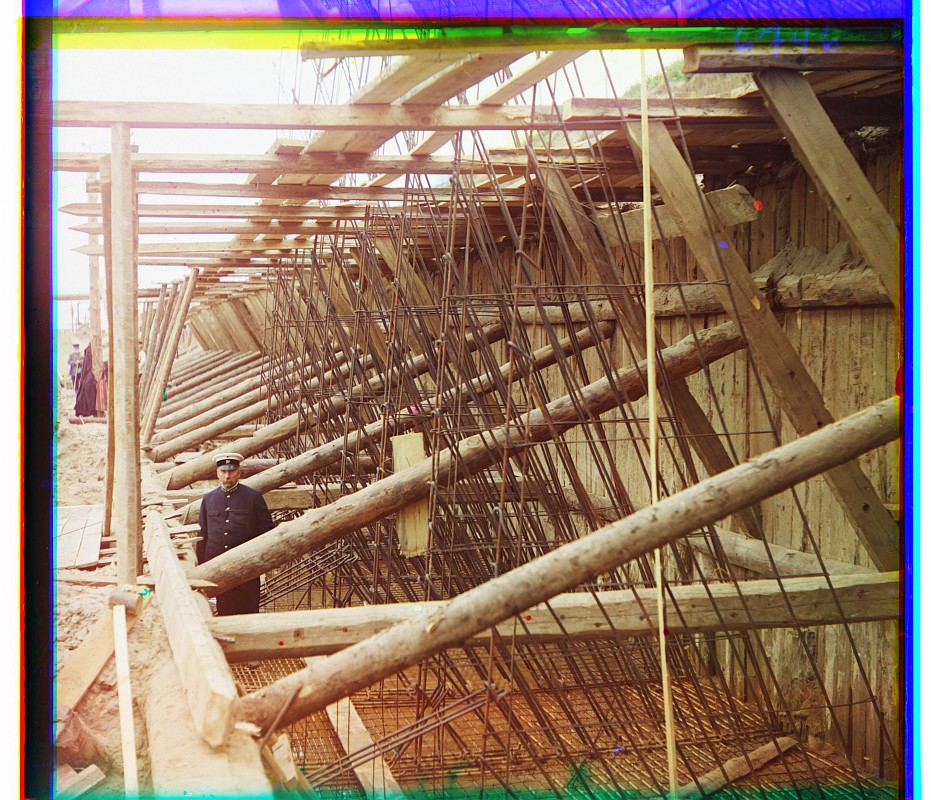 С.М. Прокудин-Горский - Плетение железо-бетонной арматуры для стенок шлюза на реке Оке. 1912-й г.