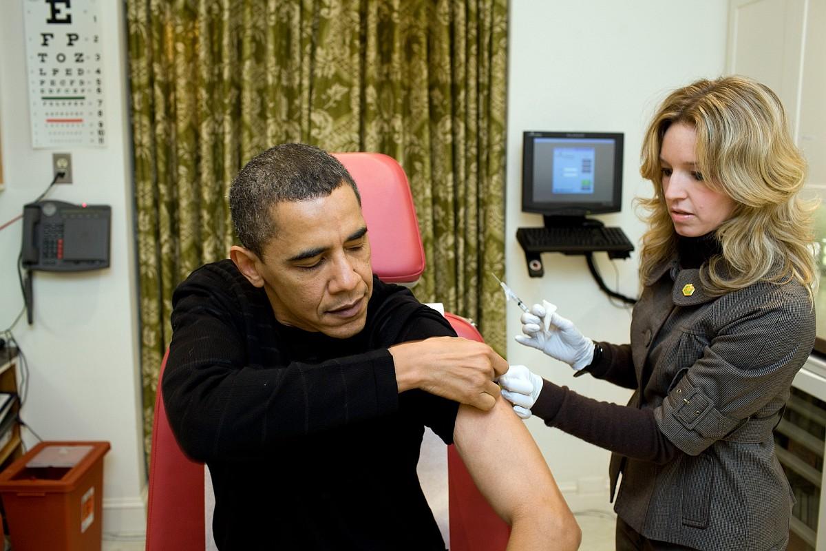 Медсестра Белого дома готовится ввести вакцину H1N1 Президенту Бараку Обаме