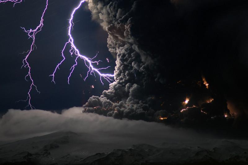 Пепел и молнии над вулканом в Исландии