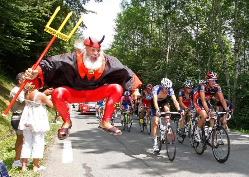 немецкий болельщик Дитер «Диди» Сенфт в костюме дьявола на 10-ом этапе Тур де Франс