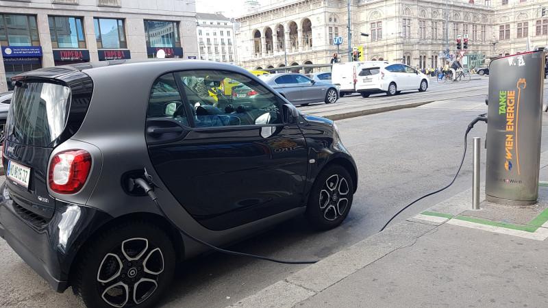 Зарядка электромобиля напротив оперы в Вене