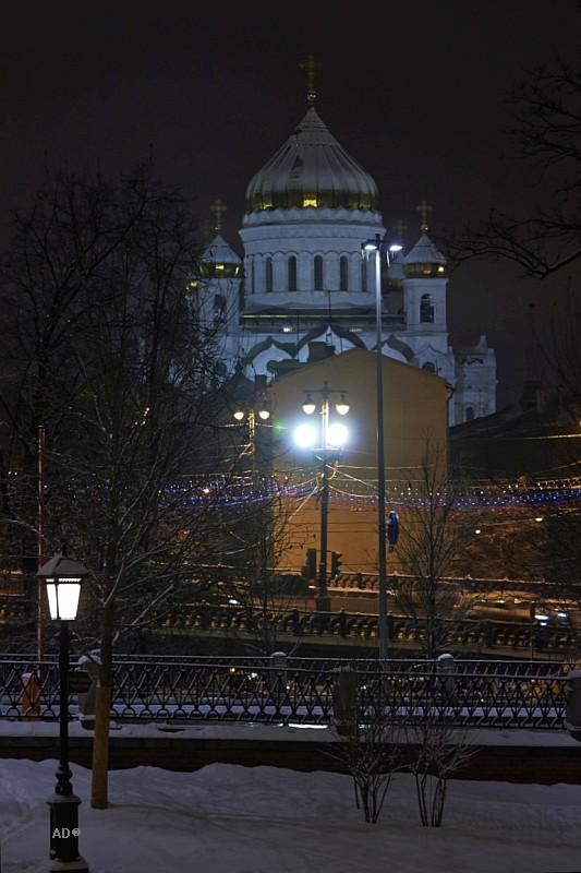 Вид на Храм Христа Спасителя из Александровского сада