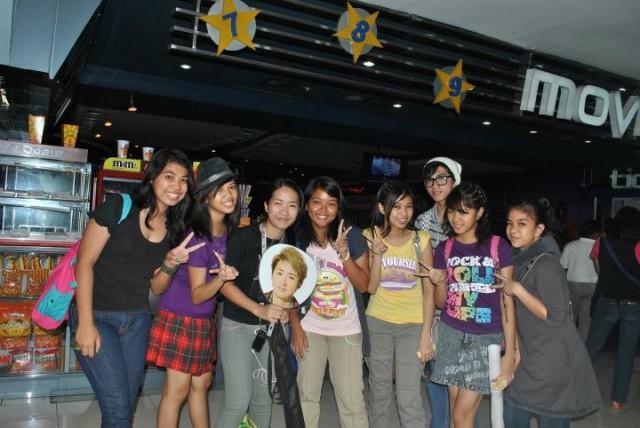 Arashi cover dance group: A.Ra.She (L-R: Kahel, Nouela, Guenny, Lorraine, Noeuli) with Admin Do-chan