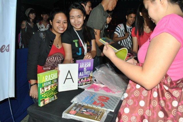 camille and admin do-chan (that's me XD) shift at the booth