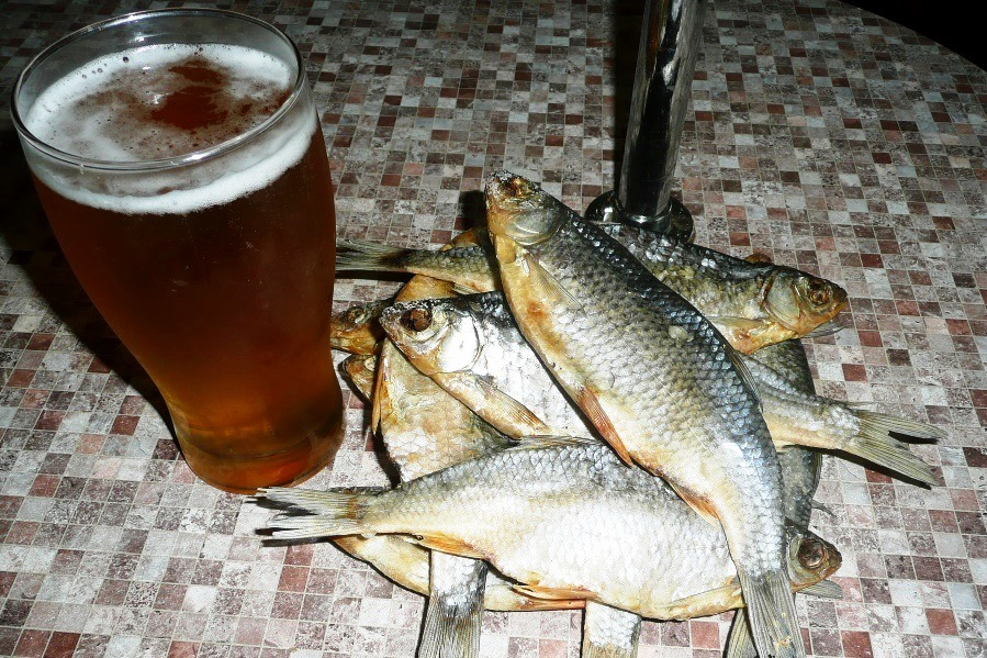 пиво и рыба фото