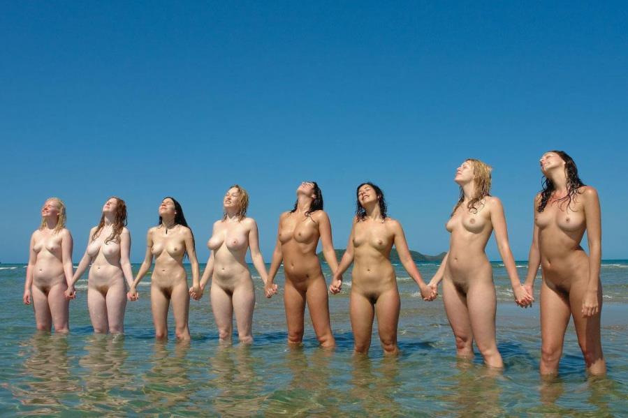 много голых девушек позируют на море видео