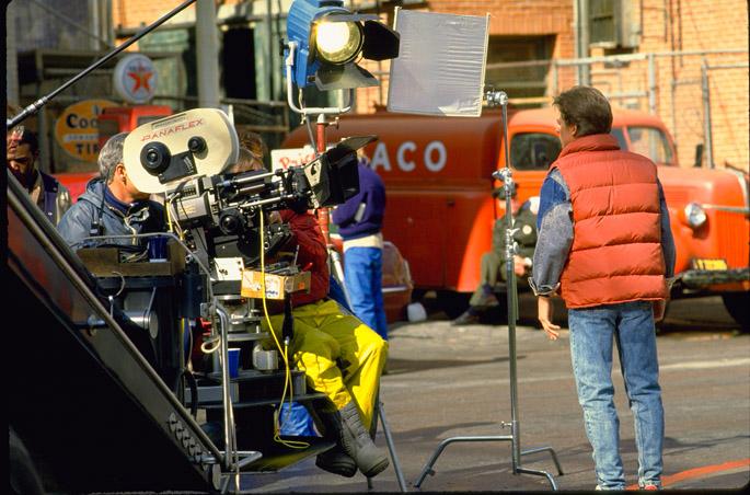 Назад в будущее. Земекис командует, Майкл Дж. Фокс играет, Гейл наблюдает, а специалисты по спецэффектам клеят игрушечные паровозики.