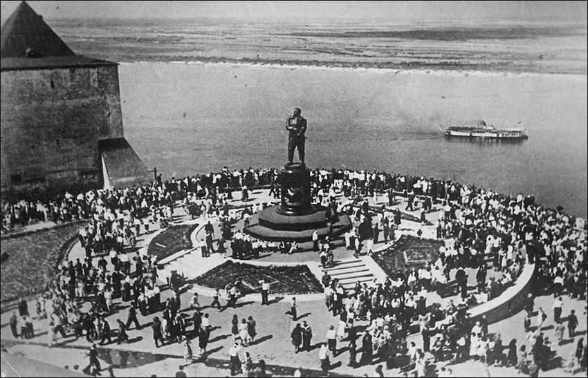 город Горький, у памятника Чкалову в выходной день