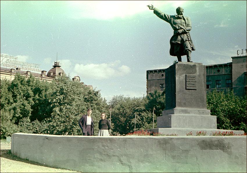Бывший памятник Козьме Минину на пл. Минина (на месте памятника Пожарскому, установленному в настоящее время)