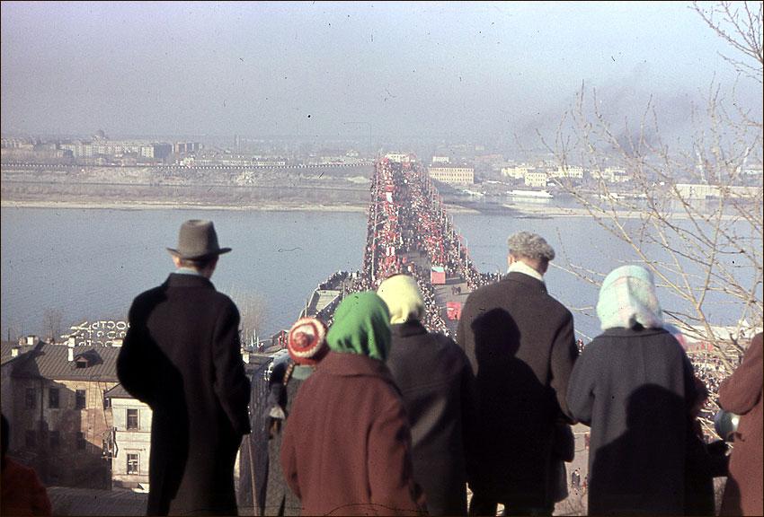Первомайская демонстрация (вид сверху на Канавинский мост)