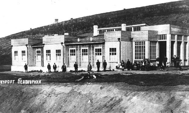 Вид на первые деревянные строения курорта Белокуриха