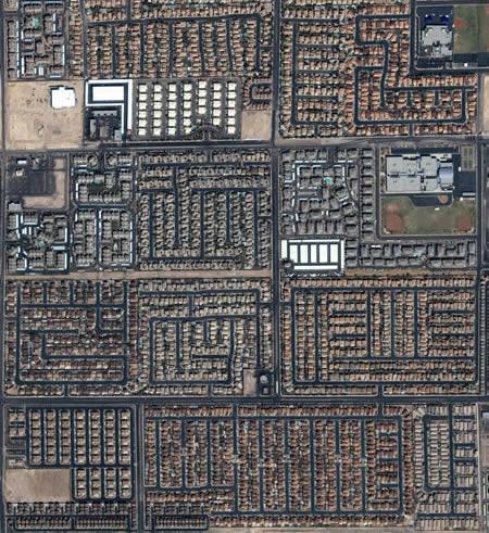 прямоугольники побольше — это заводские цеха в Китае, а ровно уложенные квадратики являются складами готовой продукции и сырья на открытом воздухе