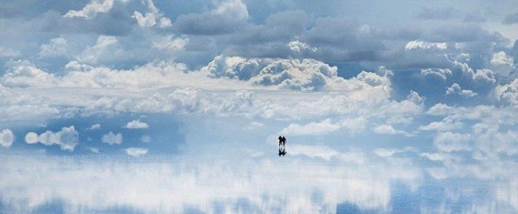 соляное озеро в Боливии, которое изредка, после дождя, становится подобно зеркалу