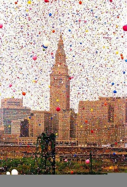участники благотворительного фонда «United Way» выпустили в небо 1,5 миллиона воздушных шаров