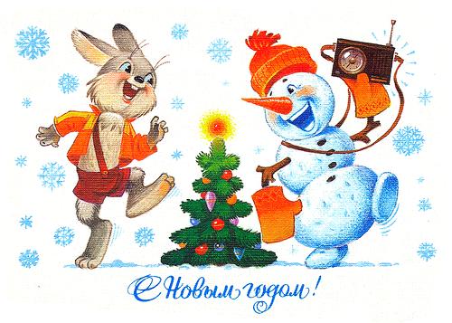 Зайка и снеговик с радиоприемником танцуют вокруг елки