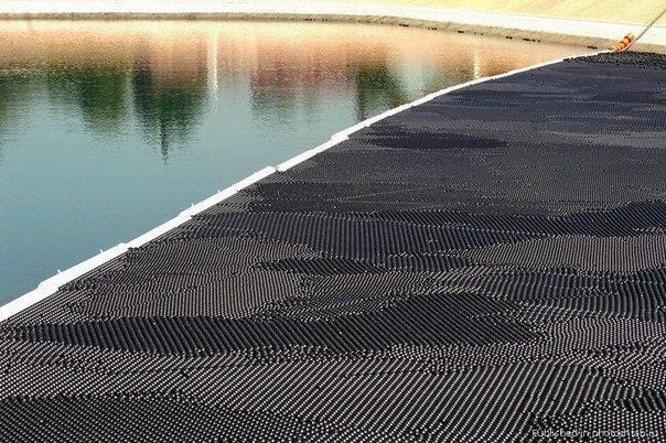 Поверхность водохранилища в Лос-Анджелесе покрыта черными шариками в количестве 400000 штук. В водохранилище Ivanhoe чрезмерно превышен уровень опасных канцерогенов, образующихся при воздействии солнечного света. Для борьбы с этим явлением было решено высыпать на поверхность воды черные пластиковые шарики для поглощения ими ультрафиолетового излучения.