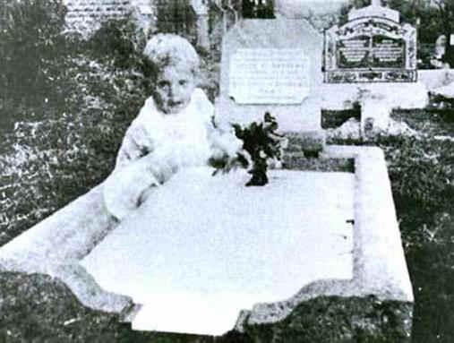 призрак ребенка на кладбище