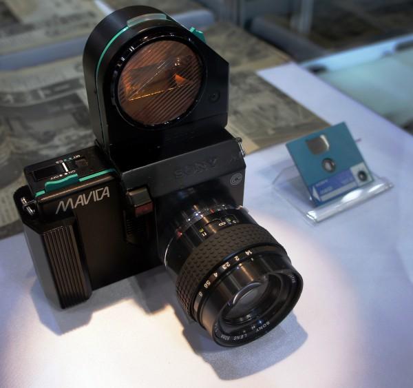 Цифровая фотография берет свое начало с камеры Mavica (от Magnetic Video Camera — магнитная видеокамера), выпущенной компанией Sony в 1981 году