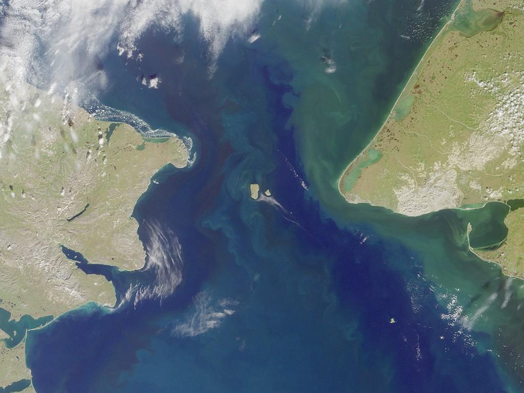 Спутниковые изображения Берингова пролива; Little Diomede Island можно ясно увидеть в середине пролива, справа от большого Диомида