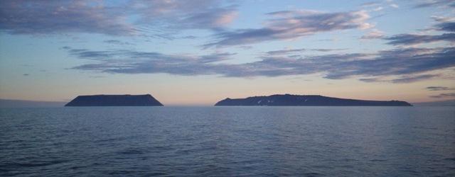 Вид с севера. Остров Крузенштерна слева