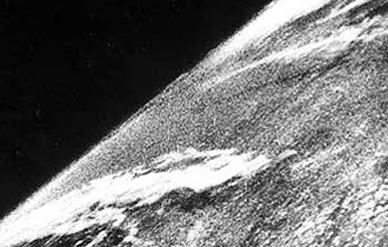 Первая астрофотография Земли с высоты 105 км.