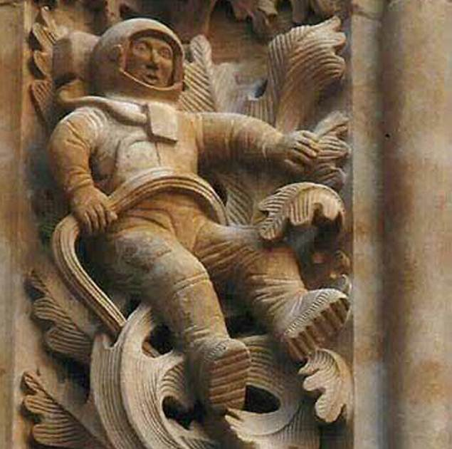 фигура космонавта в скафандре