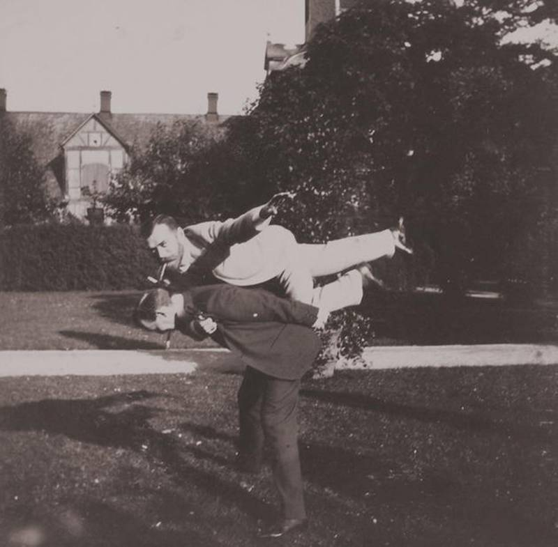 Акробатические упражнения. Принц греческий Николай, сверху император Николай II