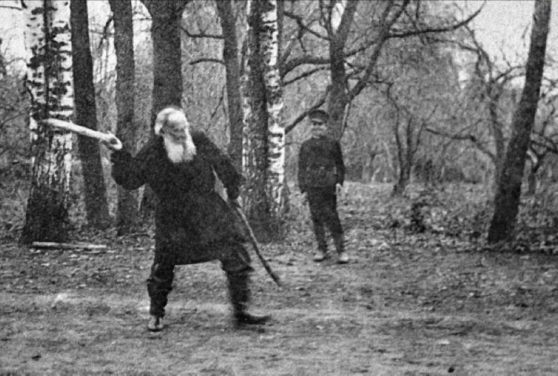Лев Николаевич Толстой играет в русскую народную игру городки, Ясная Поляна, 1909 год