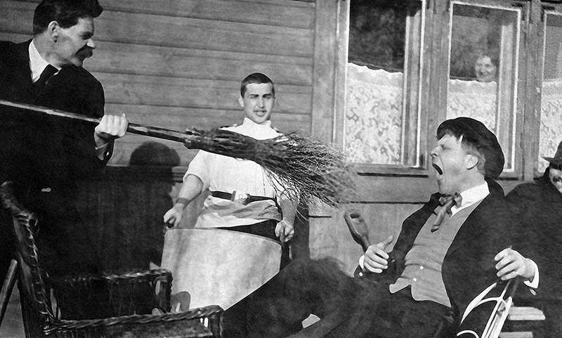 Максим Горький тычет метлой в оперного певца Федора Шаляпина, 1905 год