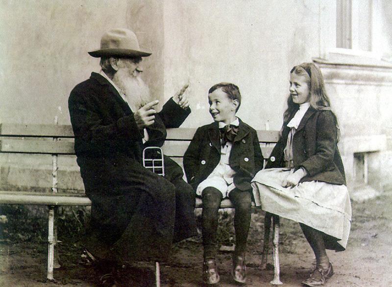 Лев Толстой рассказывает историю своим внукам