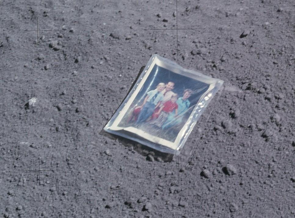 семья на луне