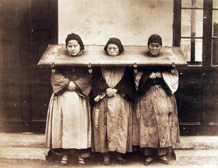 трое женщин на позорном столбе