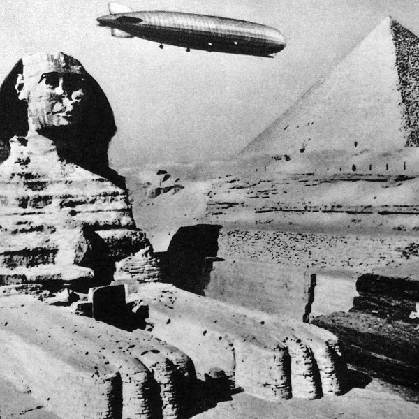Цеппелина над пирамидами