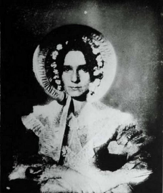 Первая женщина, появившаяся на фотографии
