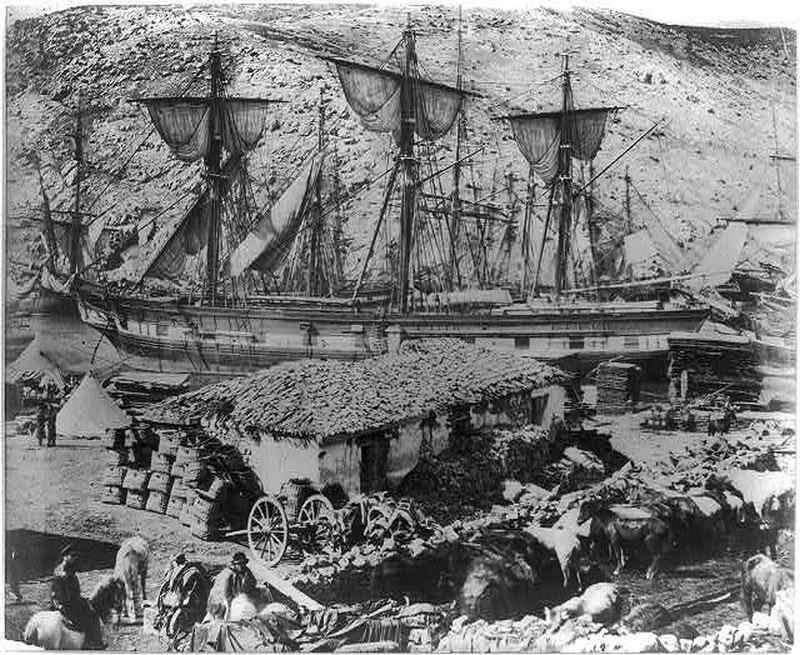 Английский военный корабль стоит на пристани в Балаклавской бухте
