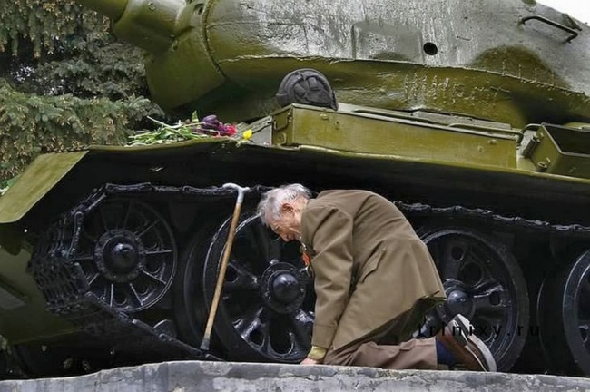 Ветеран склонился возле танка т34-85