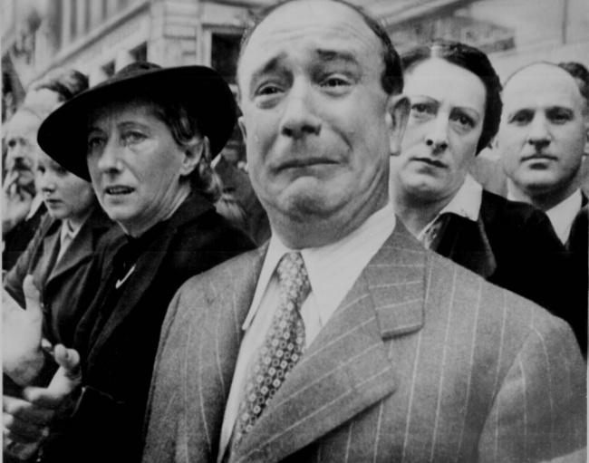 Французские граждане при входе нацистов в Париж во время Второй мировой войны